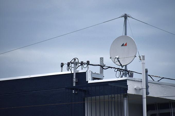 マンションのBSアンテナ。共用の場合は各棟の屋上にひとつずつ設置されています