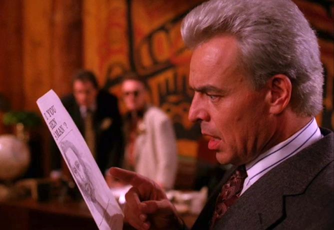 殺人鬼ボブの似顔絵を見てローラの父親が反応。