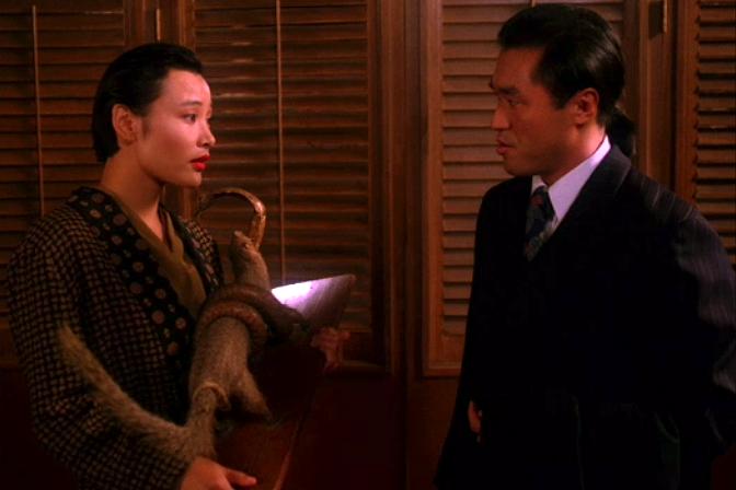 問題を片付けて香港に戻ることを画策するジョシー。